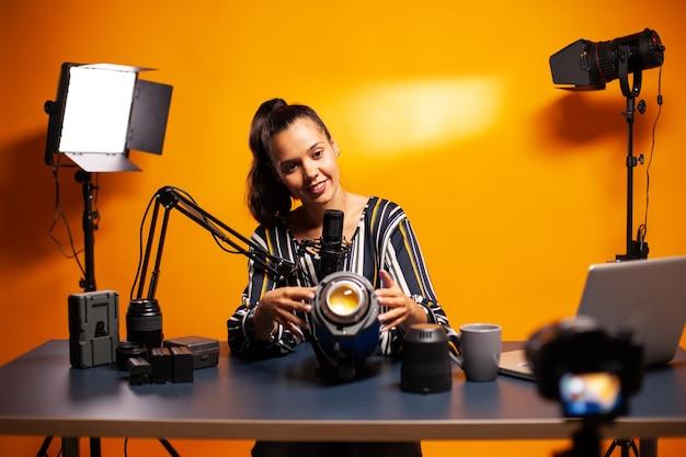 Montrer les lumières du studio à la caméra et enregistrer un témoignage pour les abonnés