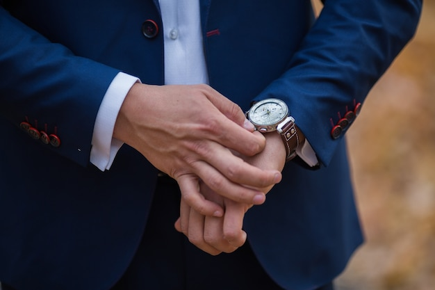 Montres-bracelets pour hommes à la matinée du marié