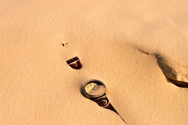 Les montres sont recouvertes de sable