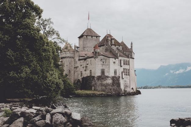 Montreux, suisse - 2 juillet 2017 : belle vue sur le célèbre château de chillon et le lac léman