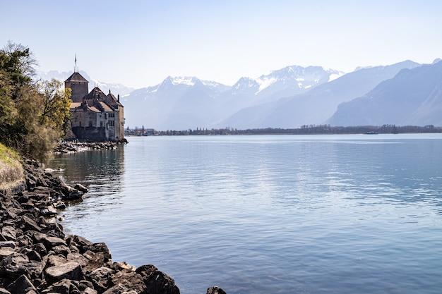 Montreux suisse château de chillon et les alpes en arrière-plan