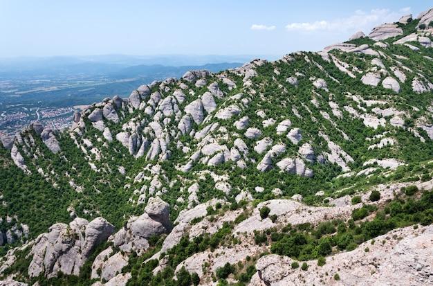 Montserrat est une montagne près de barcelone, en catalogne