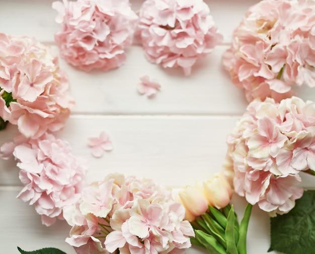Monture en fleurs d'hortensia rose et beige et tulipes jaunes