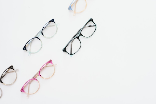 Monture en plastique pour enfants pour lunettes. maquette pour la conception d'un magasin et d'une boutique d'optique, d'une clinique ophtalmologique. lunettes de lecture et de distance, correction de la vue. belle monture de lunettes.
