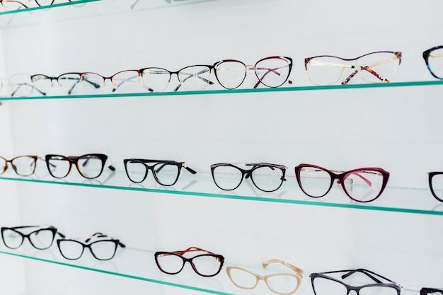Montures de lunettes colorées exposées dans la boutique