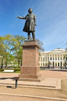 Monument à alexandre pouchkine sur la place des arts devant le musée russe (palais mikhailovsky) à saint-pétersbourg, russie