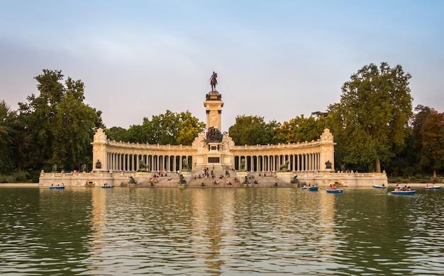 Monument d'alphonse xii dans le parc du buen retiro, madrid