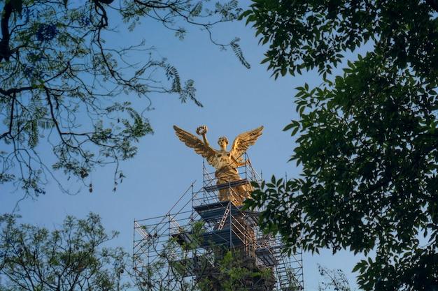 Monument de l'ange de l'indépendance sur l'avenida reforma à mexico