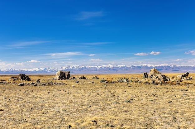Monument archéologique complexe mégalithique de tarkhatinsky dans la steppe de chui république de l'altaï russie