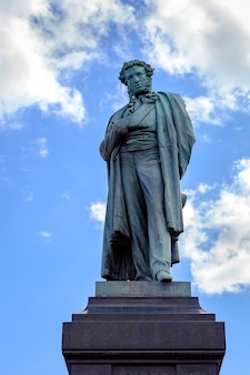 Monument au célèbre écrivain et poète russe alexandre pouchkine à moscou