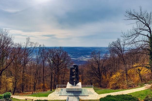 Monument aux anciens combattants soviétiques de la seconde guerre mondiale sur la montagne avala, belgrade, serbie.