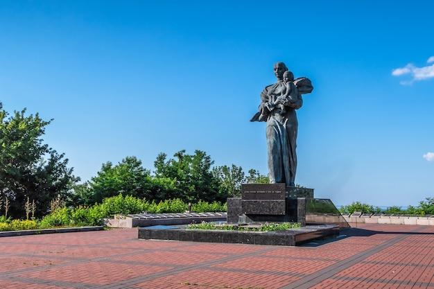 Monument aux soldats tombés au combat dans memorial park à kaniv, ukraine, lors d'une journée d'été ensoleillée