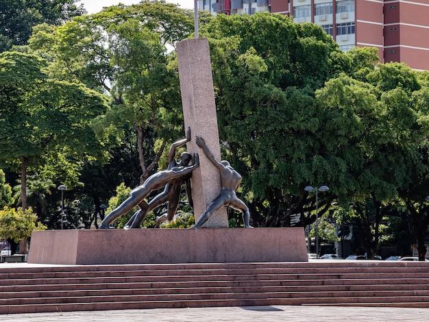 Monument aux trois races sur la plaza dr. pedro ludovico teixeira