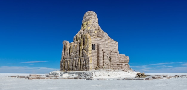 Monument de la bolivie à dakar dans le salar de uyuni