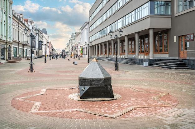 Monument à la boussole sur la rue bauman à kazan par une journée ensoleillée. légende: à la mecque, à pékin, à tokyo
