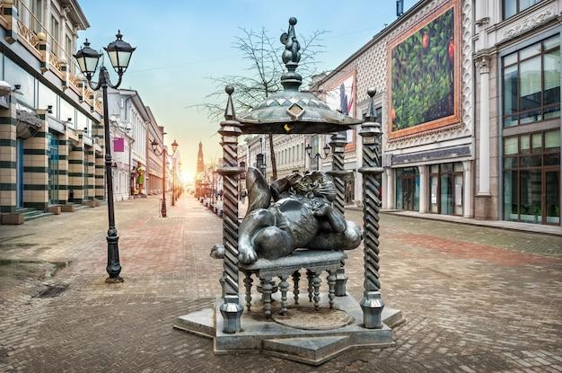 Monument à un chat dans la rue piétonne de bauman à kazan