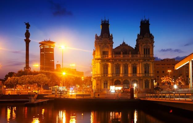 Monument de columbus en soirée. barcelone