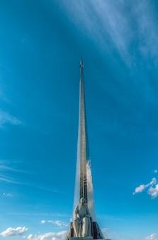 Monument dédié à la cosmonautique en urss. monument vdnkh au scientifique tsiolkovsky. moscou, russie