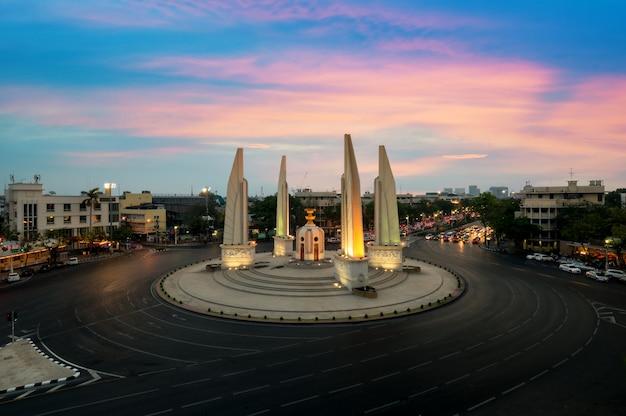 Le monument de la démocratie au crépuscule à bangkok, thaïlande