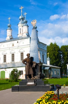 Monument à erofei pavlovich khabarov sur la place komsomol à veliky ustyug, région de vologda