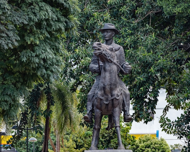 Monument hommage à pedro ludovico teixeira sur la plaza dr pedro ludovico teixeira