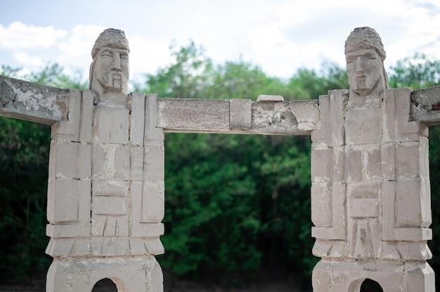Monument d'hommes se tenant la main faisant une sculpture en cercle en moldavie