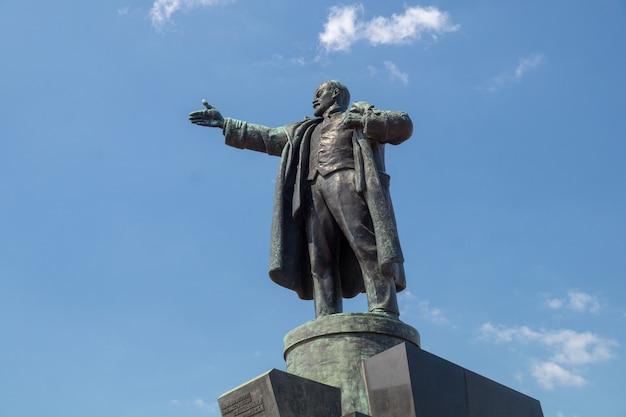 Monument de lénine se bouchent contre le ciel bleu par une journée d'été ensoleillée