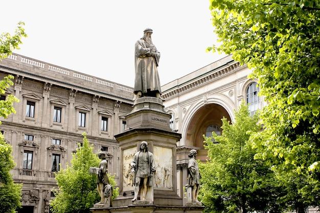 Le monument à léonard de vinci est le lieu de voyage à milan, en italie.