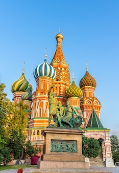 Monument à minine et pojarski et la cathédrale saint-basile à moscou russie