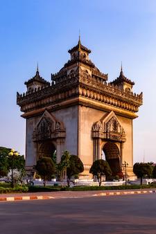 Monument patuxay arch et monument commémoratif de guerre à vientiane, laos,