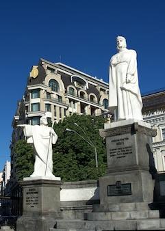 Monument à la princesse olga près du ministère des affaires étrangères de l'ukraine à kiev, ukraine, par un beau matin d'été