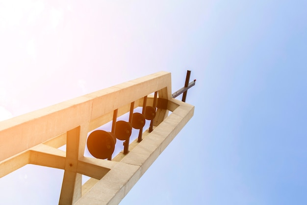Monument religieux vue de dessous avec croix sur le dessus