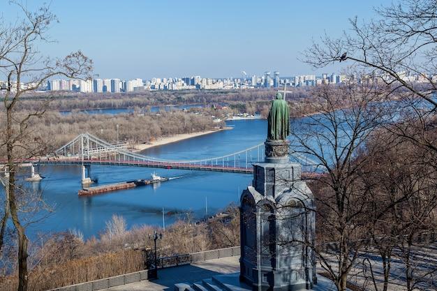 Monument à saint vladimir le baptiste de rus. vue sur kiev et le dniepr