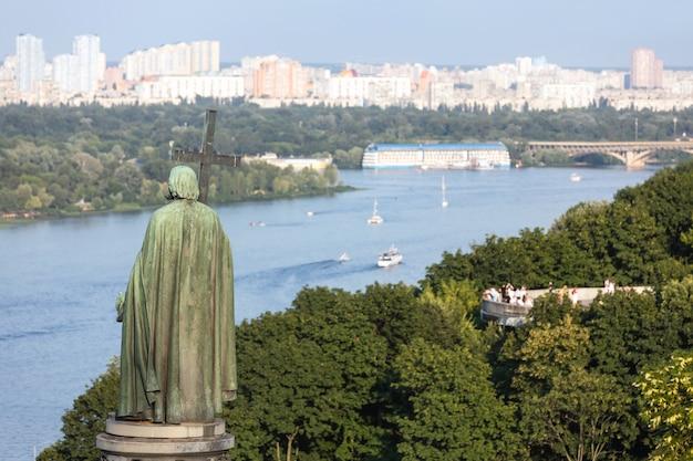 Monument de saint vladimir sur les collines de kiev, ukraine
