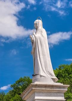 Monument à la sainte mère de dieu près de la laure de sviatogorsk ou sviatohirsk sur un matin d'été ensoleillé