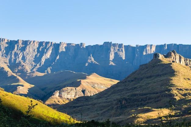 Monument sud-africain, amphithéâtre du parc national royal natal. paysage de montagnes du drakensberg. top sommets