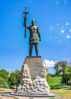 Monument à svyatoslav igorevich dans le parc voznesenovsky à zaporozhye, ukraine, sur un matin d'été ensoleillé