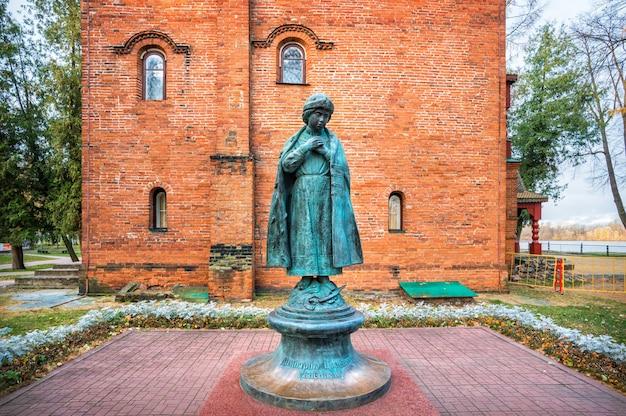 Monument à tsarevich dmitry près des anciennes chambres du kremlin d'ouglitch au début de l'automne matin