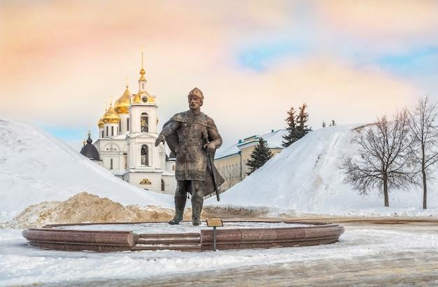 Monument à yuri dolgoruky près du kremlin un jour ensoleillé d'hiver glacial