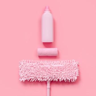 Mop, chiffon et rose lessive pour le nettoyage de printemps. vue de dessus