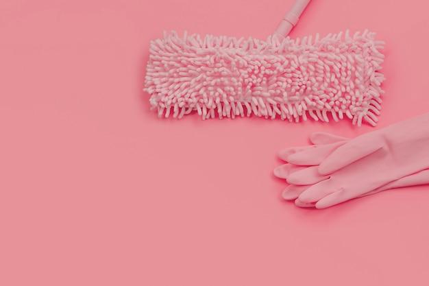 Mop et gants en caoutchouc-rose sur rose
