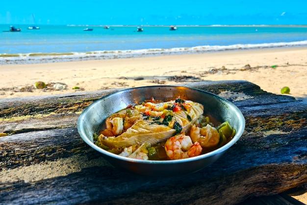 Moqueca, un plat brésilien traditionnel avec du poisson badejo et de grosses crevettes, badejo