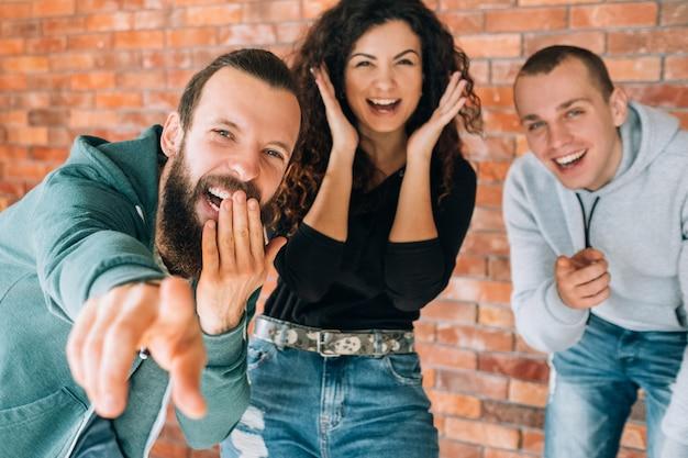 Une moquerie millénaire amusée et joyeuse. des jeunes émotifs qui rient, s'amusent ensemble.