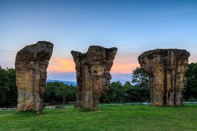 Mor-hin-kaw, les piliers de roche dans le parc national de thaïlande.