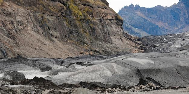 Moraine de glacier et les débris, les roches broyées dans la farine glaciaire, dans les montagnes escarpées