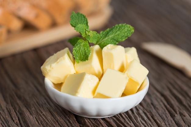 Morceau de beurre dans un bol blanc.