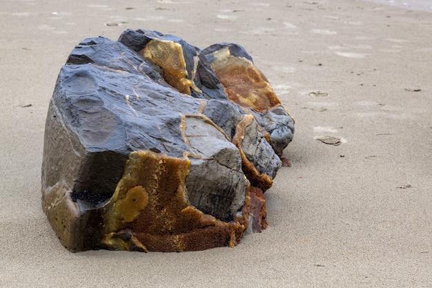 Un morceau cassé d'un moeraki boulder