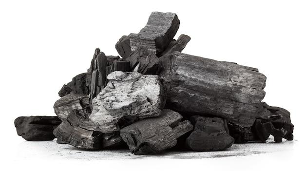 Morceau de charbon de bois fracturé isolé sur fond blanc