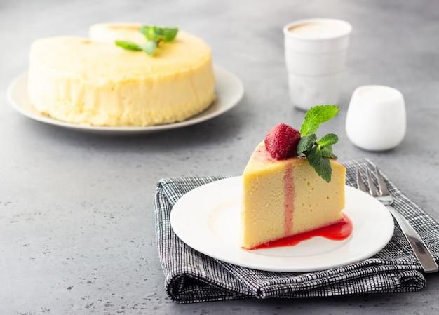 Un morceau de cheesecake de coton japonais à la menthe et à la fraise.
