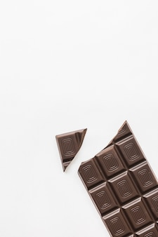 Morceau de chocolat cassé sur fond blanc